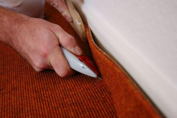 Verlegearbeiten Teppich – Zuschneiden von Teppichleisten – Tretford Teppich mit Schlinge © Malerfachbetrieb Mathias Reinsch