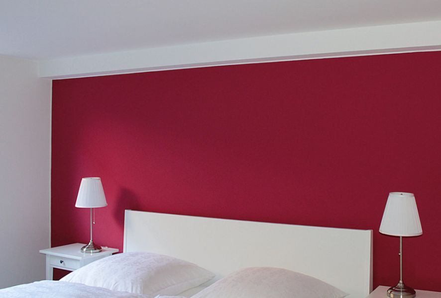 Schlafzimmer mit roter Wand - Caparol Icons