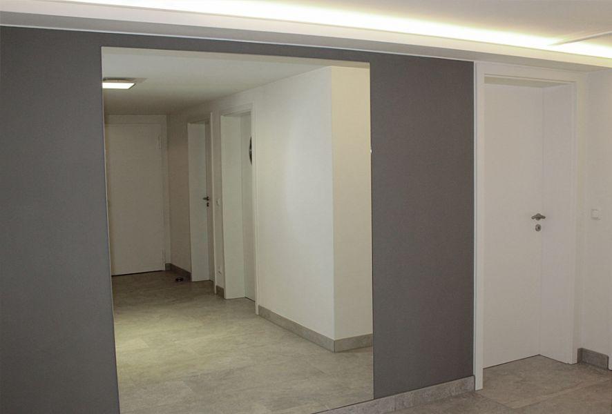 Flur und Wandschrank mit grauer Wand - KEIM Le Corbusier