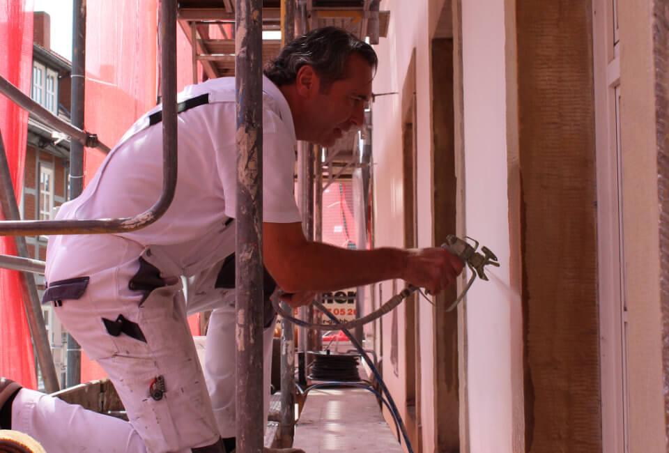 Säuberung der Fassadenoberfläche durch Abstrahlen